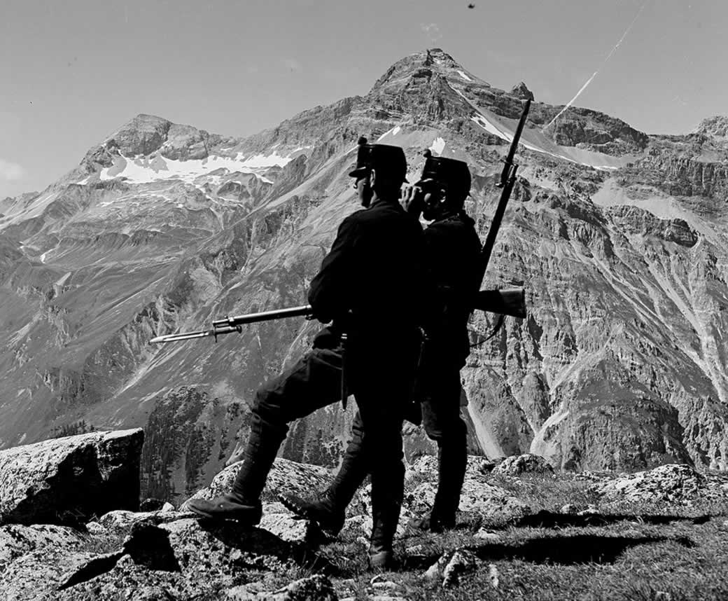 Zwei Soldaten in den Bergen während des Aktivdienstes 1914